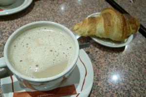 朝のカフェで
